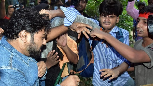 Debanjan Ballabh, Jadavpur University student, seen pulling Babul Supriyo's hair when the latter visited the campus on September 19. (ANI photo)