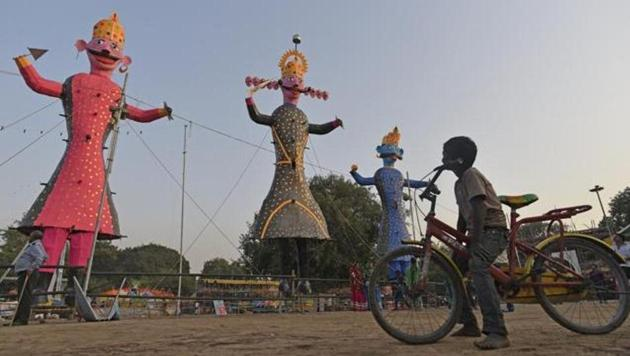Happy Dussehra 2019: In the North, on the eve of Dussehra, magnificent fairs are organized where in people throng in huge numbers.(HT Photos)