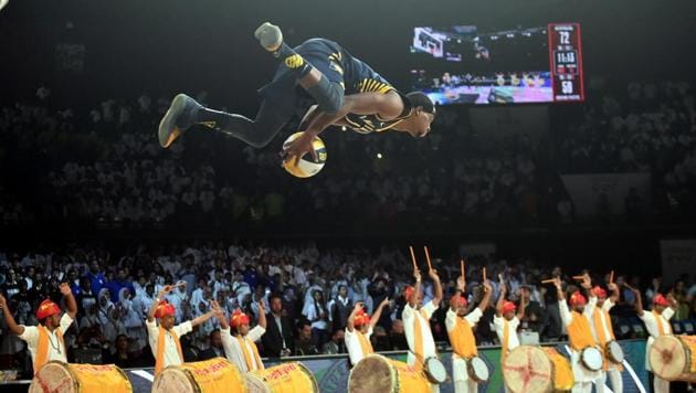 Indiana Pacers player T J Warren performs a stunt in action during the NBA India Games 2019 in Mumbai.(PTI)