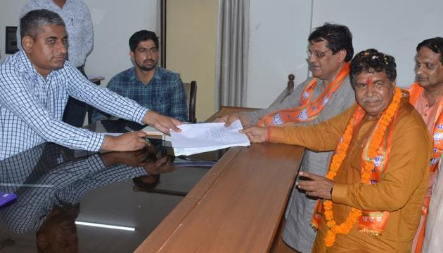 BJP candidate Gian Chand Gupta filing nomination papers in Panchkula on Thursday.(Sant Arora/HT)