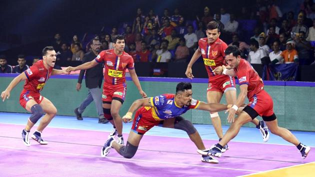 UP Yoddha tries to steal point against Delhi defenders.(PKL)