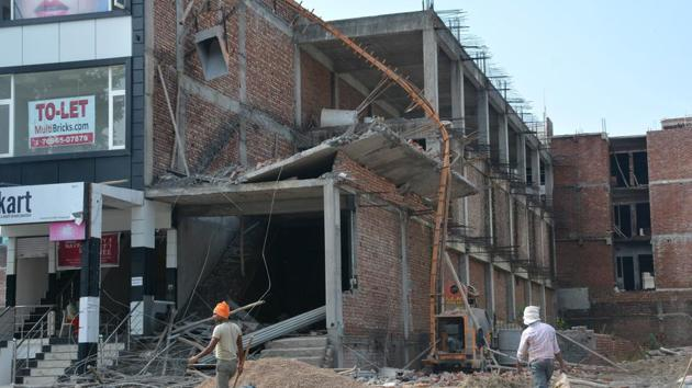 Police said the contractor failed to provide adequate support while laying the roof on second floor, because of which it crashed, bringing down the first floor roof as well.(Sant Arora/HT)