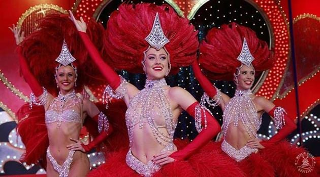 Moulin Rouge dancers take it to the street for 130th anniversary.(@moulinrougeofficiel)
