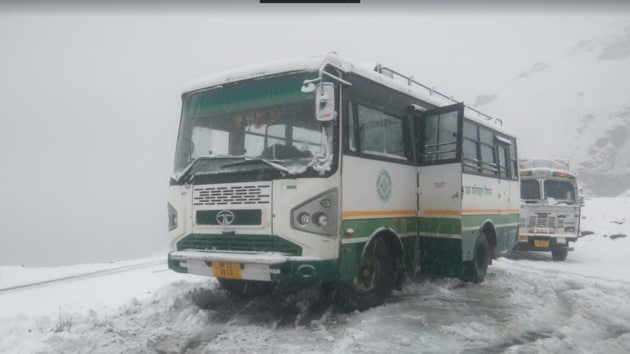 Himachal Road Transport Corporation bus stranded on Rohtang Pass due to Snowfall on Monday.(Gaurav Bisht/ HT Photo)