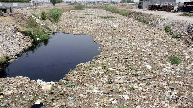 Residents continue to throw waste in the drain, forcing the authorities to put in place a mechanism to curb this menace.(HT PHOTO)