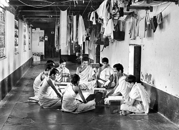 At a gurukul circa 1965.(Getty Images)