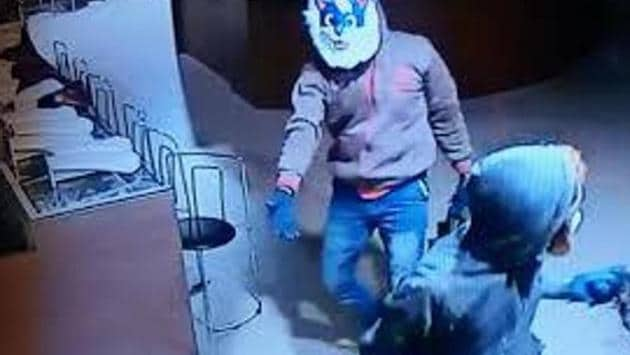 The Tamil Nadu police, which had formed seven teams to crack the case, sought the help of their Karnataka counterparts to nab Murugan.(CCTV PHOTO.)