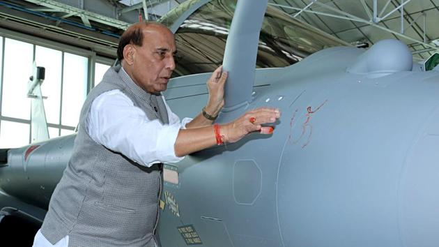 Defence Minister Rajnath Singh performed a Shastra Puja on Rafale combat aircraft.(ANI Photo)