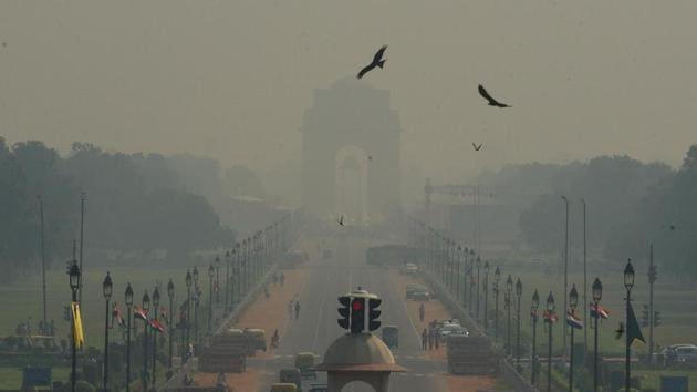 Heavy smog seen at Rajpath, in New Delhi.(Vipin Kumar/HT PHOTO)