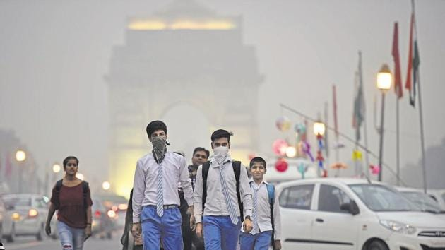 Residents of Delhi woke to a hazy morning on Monday as the air quality index (AQI) of the national capital dipped again to the 'poor' category for the fifth day.(Raj K Raj/HT PHOTO)
