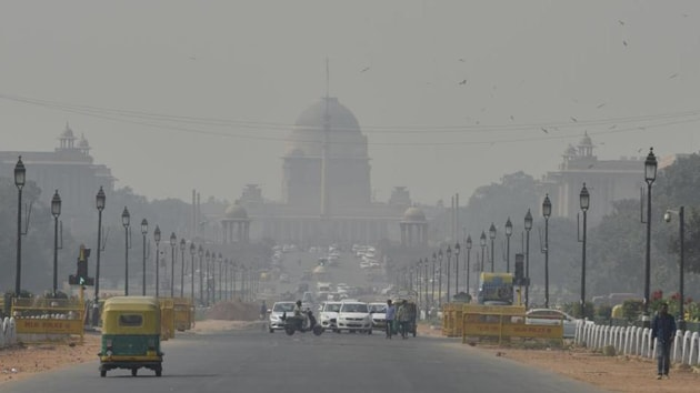 Delhi sees a spike in pollution levels during this time of the year owing to a change in meteorological conditions, combined with local emissions and the effects of crop residue burning in neighbouring states.(HT image)
