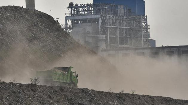 A truck moves up a garbage mountain raising a large cloud of dust at Ghazipur dumping yard, adding to air pollution, in New Delhi, on Wednesday, October 16, 2019.(Burhaan Kinu/HT Photo)