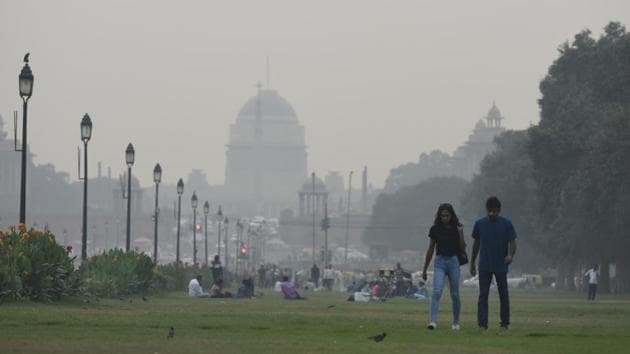 Rajpath is shrouded in smog, curtaining Rashtrapati Bhawan in the background. PM 2.5 is the most critical pollutant in Delhi's air. It can penetrate deep inside the lungs and affect public health adversely. The forecast shows that on Thursday and Friday too, the contribution from stubble burning in the neighbouring states will remain low at between 5% and 7%. (Biplov Bhuyan / HT Photo)