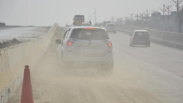 Passing vehicles raise dust along NH 9 Road in Ghaziabad, India on Wednesday, October 16, 2019.(Sakib ALi / HT Photo)