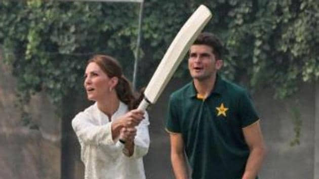 Kate Middleton plays a shot as Shaheen Afridi looks on.(PCB/ Twitter)