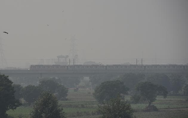 A view of the moving metro as smog engulfs the Delhi skyline.(Mohd Zakir/HT PHOTO)