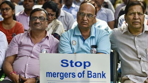 Members from United Forum of Bank Unions stage a protest during a nationwide strike called against the merger of nationalised banks, at Jantar Mantar in New Delhi. Nearly 3,00,000 employees of state-run banks went on strike on Tuesday against government plans to consolidate the sector through mergers as part of efforts to ensure stronger balance sheets. (Ravi Choudhary / PTI)