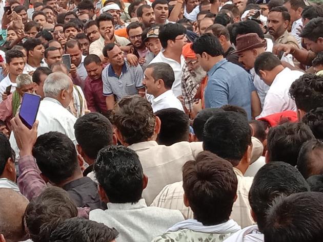 BJP MP Sakshi Maharaj with Kuldeep Sengar at the Pariyar Ghat of Unnao district on Monday morning.(Sourced)
