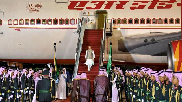Prime Minister Narendra Modi being received on his arrival in Riyadh, Saudi Arabia.(Photo: PTI)