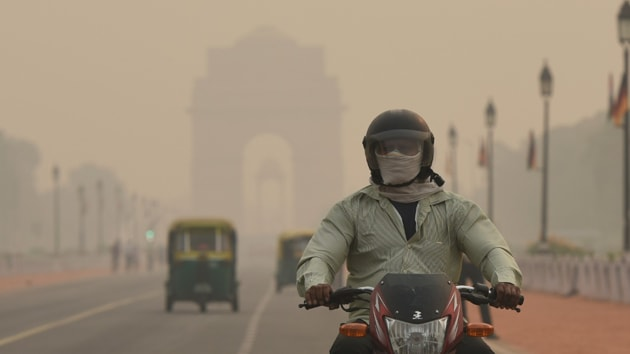 A biker with face covered by a mask at India Gate, New Delhi, October 31, 2019.(Burhaan Kinu / HT Photo)