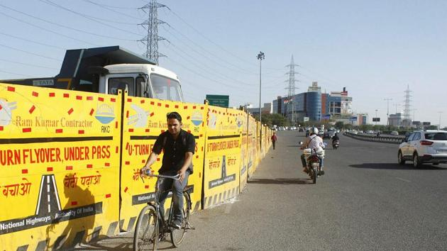 Work on a U-turn underpass to facilitate commuters to reach Ambience Mall inGurugram is currently underway.(HT Photo)