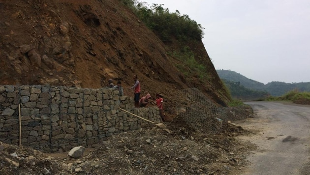 File photo of workers on the Indian side of the Kaladan project at Lawngtlai in Mizoram.(HT PHOTO)