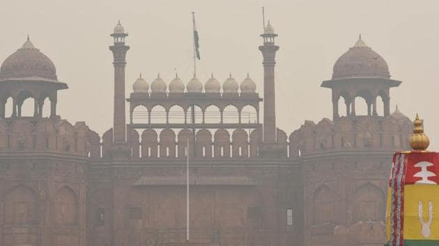 A view of Red Fort shrouded in smog in Old Delhi.(Sonu Mehta/HT PHOTO)