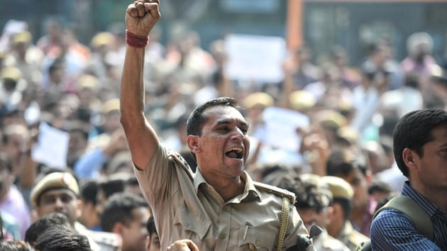 Some of protesting police personnel carried placards that asked for justice and underscored their low morale.(Raj K Raj/HT Photo)