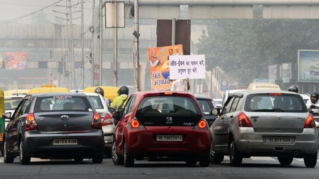 The third edition of the odd-even road rationing scheme began on Monday and enforcement agencies have prosecuted over 830 violators so far.(Sonu Mehta/HT PHOTO)