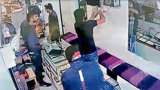 The gang robbed a jewellery shop in Begampur.(Photo Screengrab)