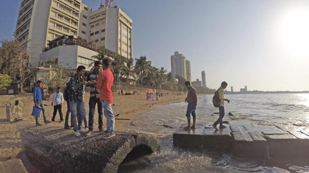 Beach cleaning activities will be taken up for two hours every day on a minimum of one kilometre stretch of the beach. Sand cleaning machines will also be deployed at 15 beaches.(HT PHOTO.)
