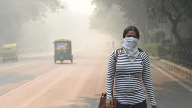 Experts said that the air pollution levels will remain in the higher end till Wednesday, after which the wind speeds are expected to pick up for at least three days, till Sunday.(Arvind Yadav / HT Photo)