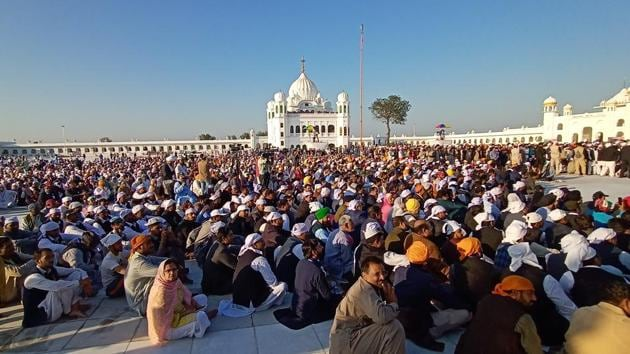 700 Indian pilgrims crossed over to Pakistan to visit Darbar Sahib gurdwara on Tuesday even though Pakistani authorities waived a $20 service fee.(Sameer Sehgal / Hindustan Times)