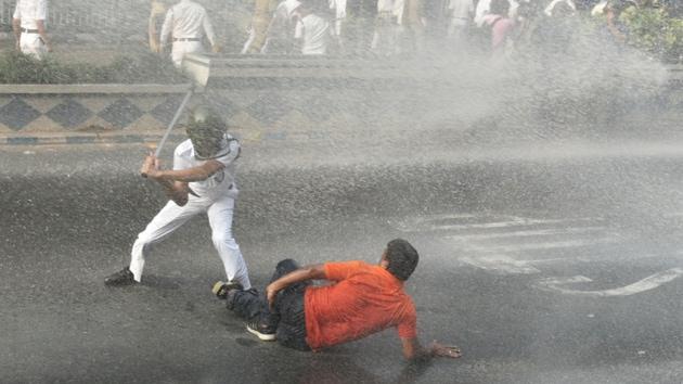Bharatiya Janata Party (BJP) workers clashed with police in central Kolkata on Thursday.(Samir Jana/HT)