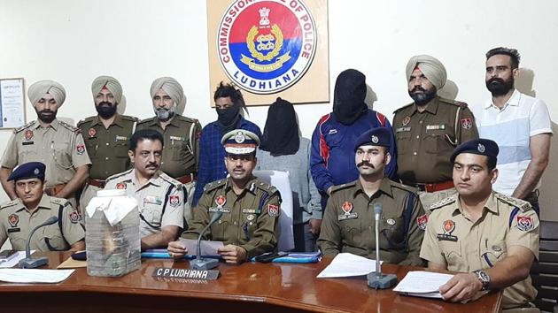 Police commissioner Rakesh Agrawal giving details regarding the arrest of the three accused (faces covered) in Ludhiana on Wednesday.(Harsimar Pal Singh/HT)