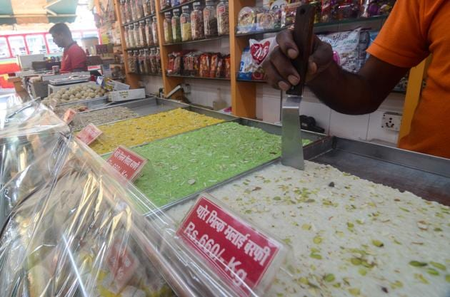 Ghaziabad food sellers association has accused city cops of enjoying free food and sweets.(HT PHOTO/Representative)
