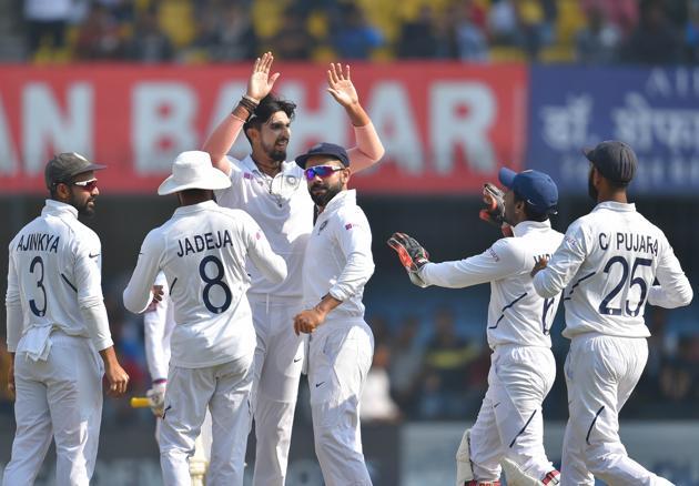 Indian bowler Ishant Sharma (C) with teammates celebrates.(PTI)