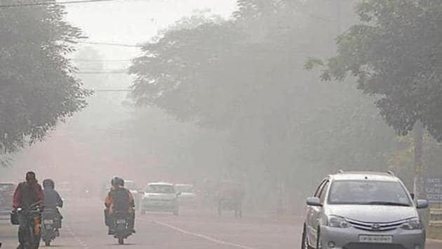Vehicular traffic seen as heavy smog descends over the city in the morning, in Noida.(Sunil Ghosh/ HT Photo)