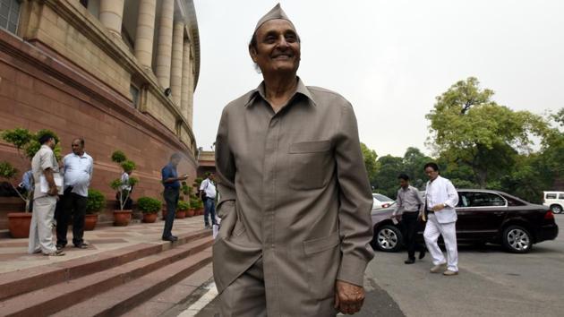 Senior Congress leader and Rajya Sabha MP Dr Karan Singh arrive for attending parliament Monsoon Session in New Delhi on July 25, 2016.(Sonu Mehta/ Hindustan Times)