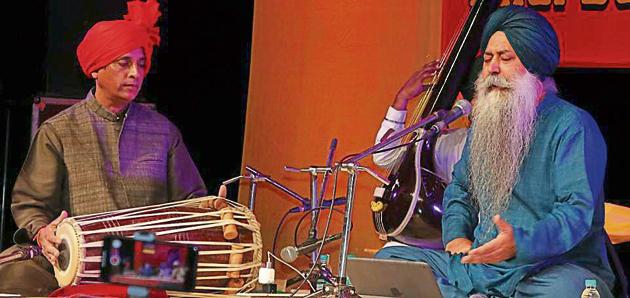 Bhai Baldeep Singh (right) rendering shabads at Tagore Theatre in Chandigarh(HT PHOTO)