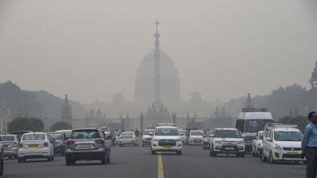 Vehicles ply amid a dense layer of smog at Rajpath, in New Delhi.(PTI Photo)