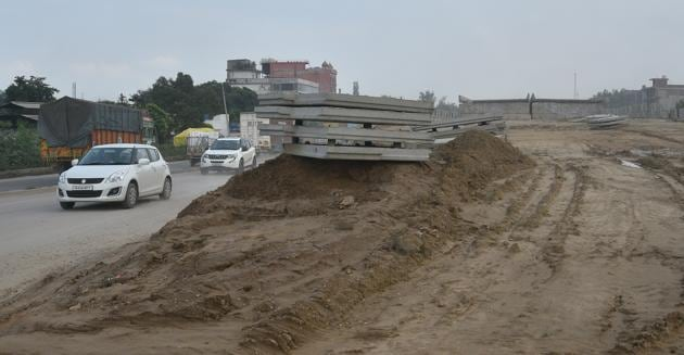 NHAI officials were told to repair the service lanes near the highways to ensure smooth traffic flow in the city.(HT PHOTO)