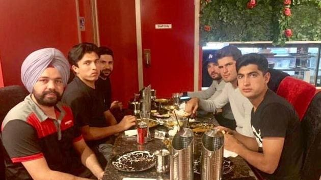 Pakistan cricketers having dinner with Indian taxi driver.(Twitter)
