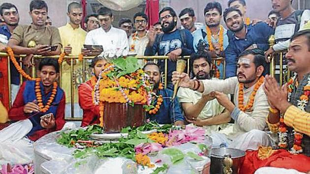 Proresting students performing Rudrabhishek in BHU on Monday.(HT PHOTO)
