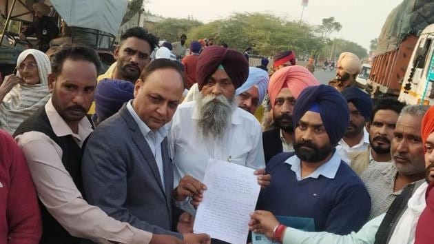 Dalit groups and activists submitting a memorandum demanding strict action against the two accused and compensation for the victim.(HT PHOTO)