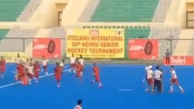 Fight broke out between players at Nehru Hockey final.(Screengrab)