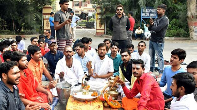 Students of the Benaras Hindu University perform Rudrabhishek as they stage a dharna outside the residence of Vice-Chancellor against the appointment of Professor Firoze Khan, Varanasi, November 20, 2019(ANI)