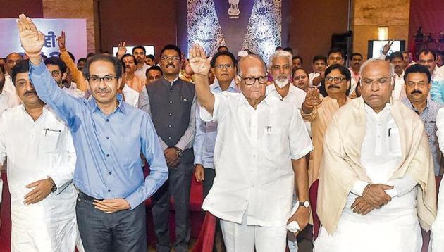(L-R) Former Maharashtra CM Ashok Chavan, Shiv Sena president Uddhav Thackeray, NCP chief Sharad Pawar and senior Congress leader Mallikarjun Kharge in Mumbai on Monday.(PTI)