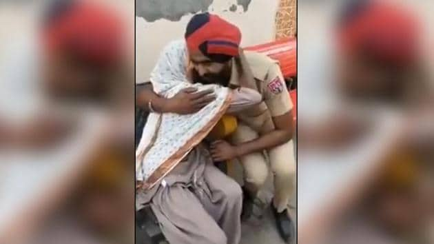 The video of policeman consoling a crying woman has gathered thousands of views.(Twitter/Indian Police Foundation)