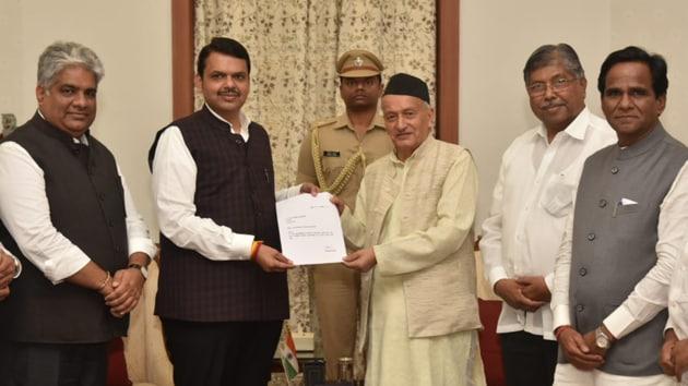 CM Devendra Fadnavis submits his resignation to Maharashtra Governer Bhagat Singh Koshyari on Nov 26, 2019. (HT photo)